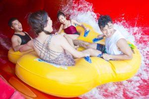 Cơn bão nhiệt đới, Turbulence rapids, 4 người đang ngồi trên chiếc phao màu vàng, ảnh chụp ban ngày