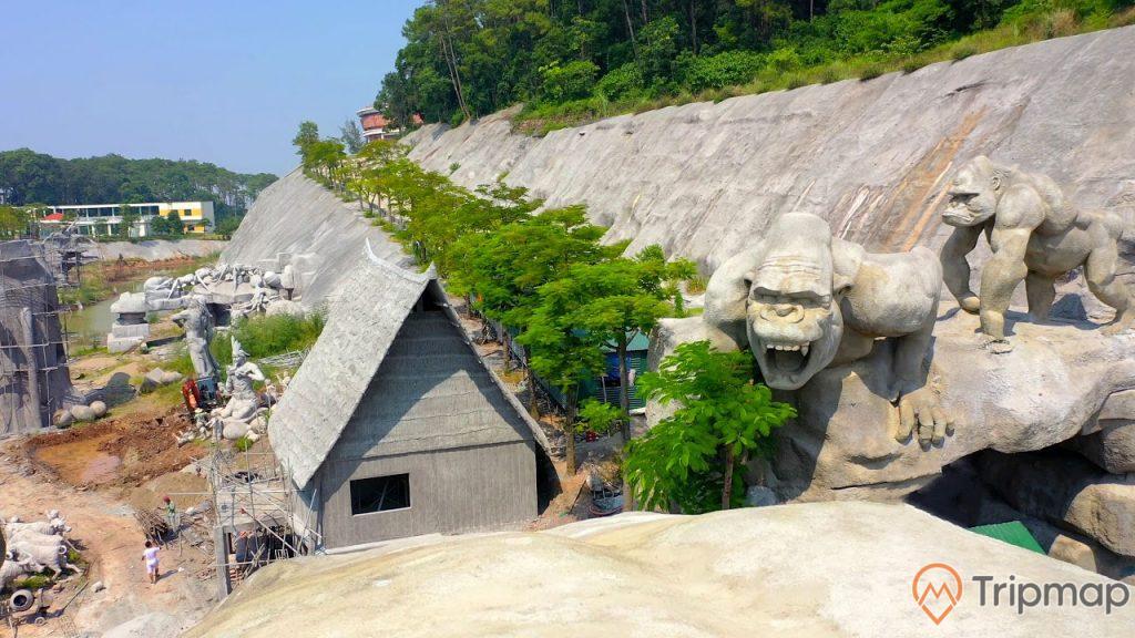 Quang cảnh nơi công viên King Kong đang thi công, tượng king kong và cây cối xanh tươi, ảnh chụp ngoài trời