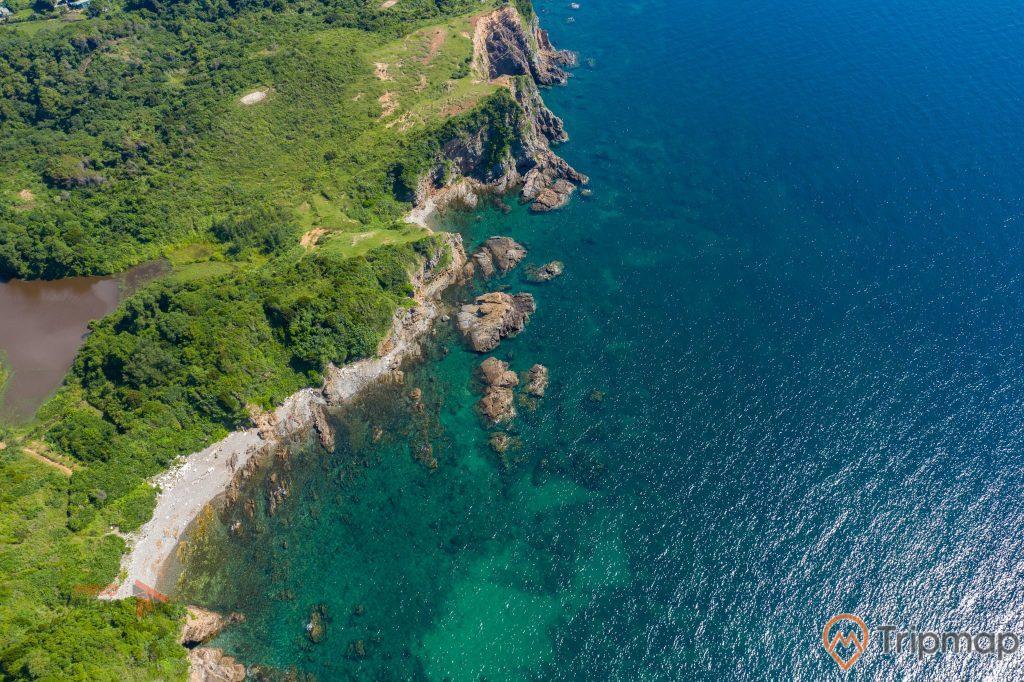 Những vách đá trên đảo Cô Tô