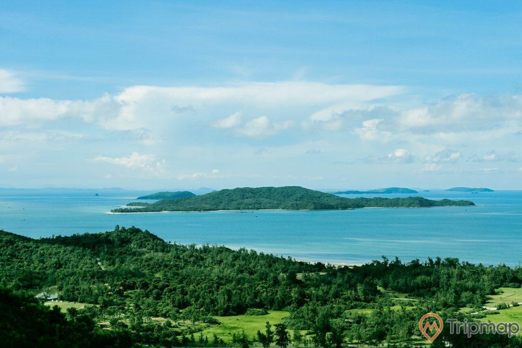 Vẻ đẹp thiên nhiên của đảo Cô Tô con, cây cối trên đảo xanh tươi, biển và đảo, bầu trời đẹp nhiều mây trắng