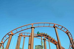 Hành Trình Bí Ẩn, Dragon Park, đường ray màu cam, trời xanh, trời nắng, ảnh chụp ban ngày