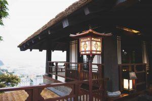 Mộc trà quán, đèn đang phát sáng, kiến trúc quán bằng gỗ, ảnh chụp ban ngày