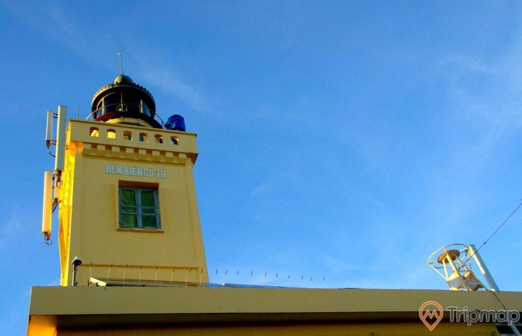 Ảnh chụp ngọn hải đăng cô tô màu vàng, ảnh chụp đứng dưới ngọn hải đăng, bầu trời trong xanh