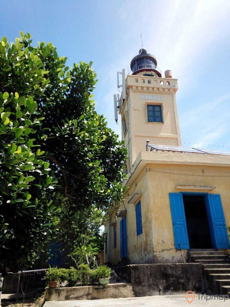 ngọn hải đăng cô tô, đèn biển cô tô, cây mít, nhà dân, cửa nhà mầu xanh, ngọn hải đăng sơn mầu vàng, chậu cây cảnh, bầu trời trong xanh ít mây