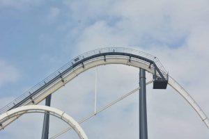 Phi Long Thần Tốc, đường ray sơn màu trắng, trời xanh nhiều mây, ảnh chụp ban ngày