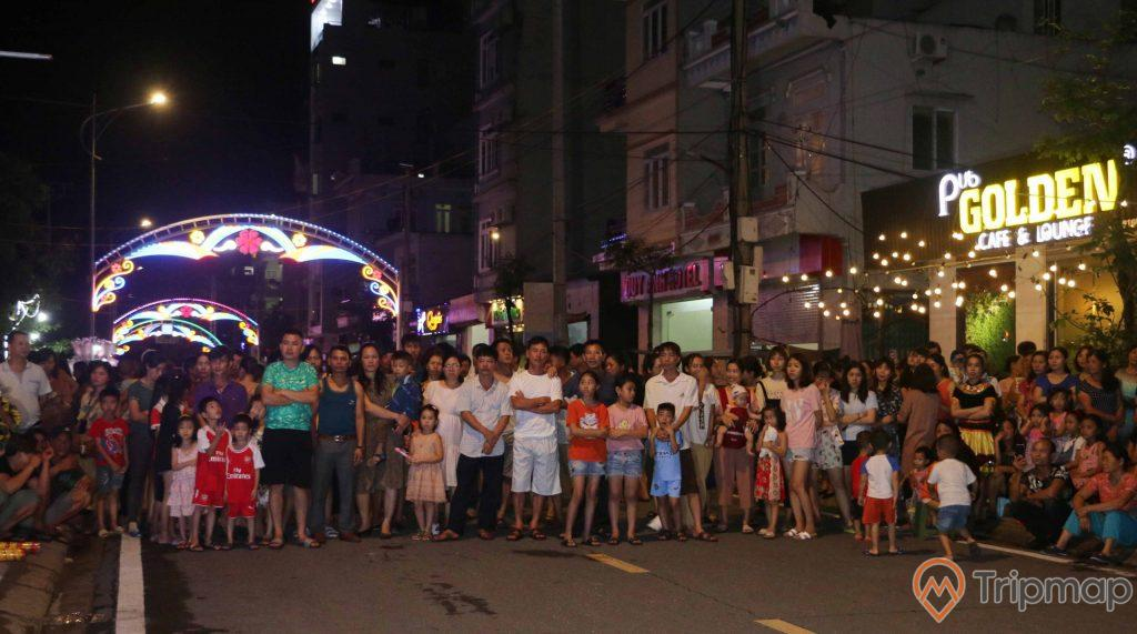 Mọi người đứng tập trung tại phố đi bộ Ký Con xem biểu diễn trên đường phố