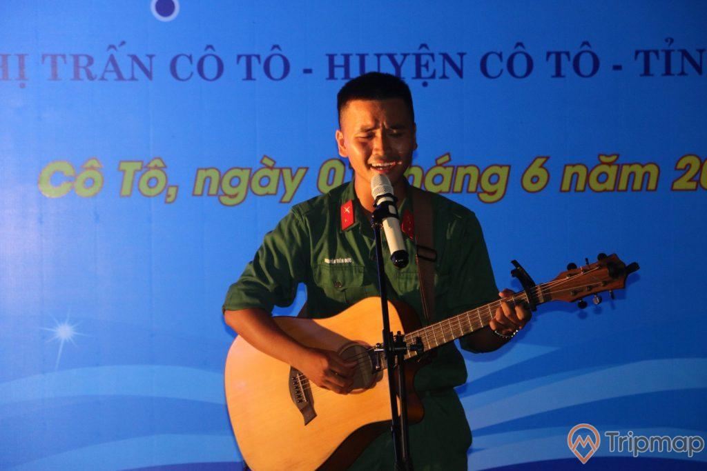 Tiết mục biểu diễn ca hát của anh bộ đội tại phố đi bộ Ký Co