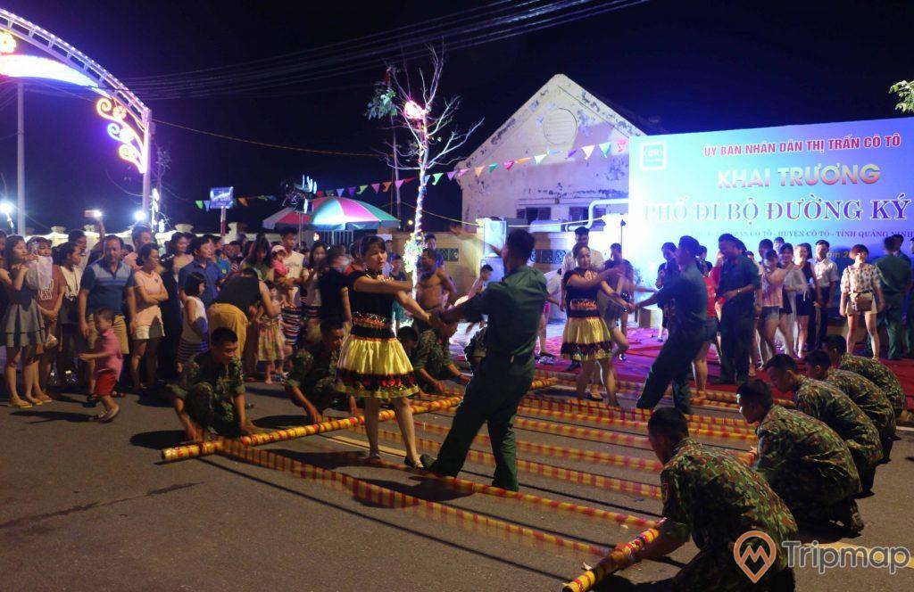 Tiết mục văn nghệ tại phố đi bộ Ký Con, mọi người đang đứng xem các chú bộ đội và các cô gái mặc áo dân tộc biểu diễn trong ngày khai trương phố đi bộ, ảnh chụp vào buổi tối