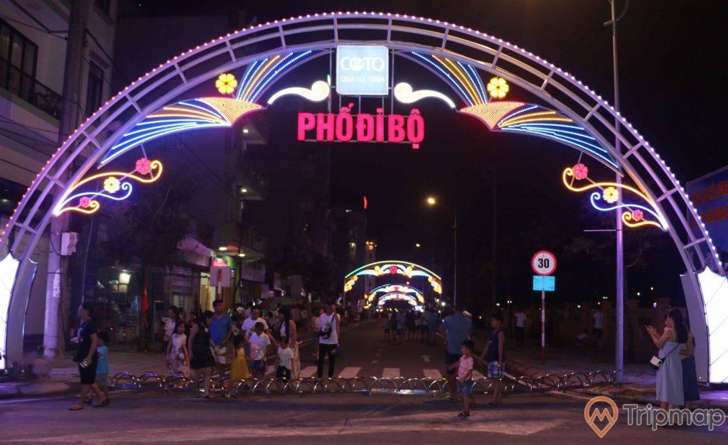 Ảnh chụp khu phố đi bộ Ký Con vào buổi tối, cổng phố đi bộ ánh đèn sáng nhiều màu sắc, mọi người đang đi