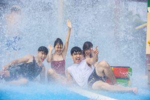 Du khách cười tươi tại trò chơi Quốc đảo kì diệu, ảnh chụp tại khu vui chơi, bốn du khách chơi đùa với nước