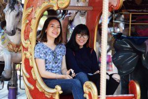 Royal Carousel, Đu Quay Kỳ Diệu, 2 người phụ nữ đang cười, ảnh chụp ban ngày