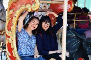 Royal Carousel, Đu Quay Kỳ Diệu, 2 người phụ nữ đang dơ tay tạo dáng , ảnh chụp ban ngày