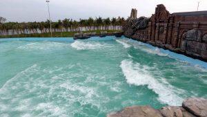 trò chơi sóng thần tại công viên nước Typhoon Water Park, ảnh chụp ngoài trời, cây cối xanh tươi, bầu trời nhiều mây