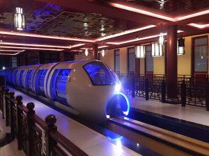 Tàu Monorail, tàu có màu trắng, ánh sáng xanh trong tàu, hàng rào bằng gỗ màu nâu