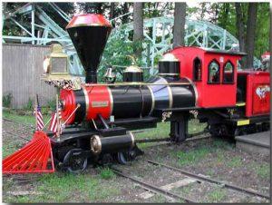 Tàu Thám Hiểm Halong Railway, mô hình tàu thám hiểm sơn màu đỏ đen, nền đất màu nâu, ảnh chụp ban ngày