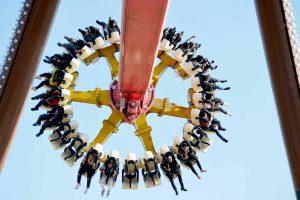 Tê Giác Cuồng Nộ, nhiều người đang ngồi trên ghế của trò chơi, trò chơi mạo hiểm, trời xanh, ảnh chụp ban ngày