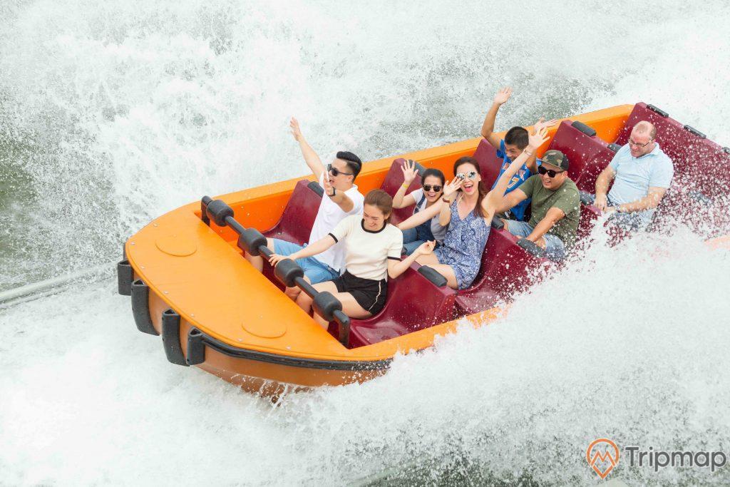 Thác Hải Tượng, thuyền màu cam, nhiều người đang ngồi trên thuyền màu cam, sóng to, ảnh chụp ban ngày