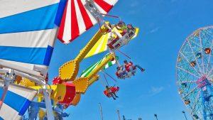 Thằn Lằn Bay, nhiều người đang trải nghiệm trò chơi, trời xanh, ảnh chụp ban ngày, vòng quay bên cạnh