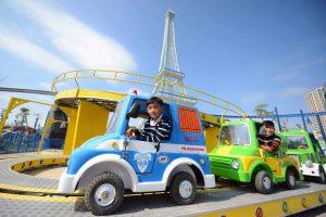 Tour de Paris, mô hình ô tô màu xanh, mô hình tháp Eiffel, trời nắng, ảnh chụp ban ngày