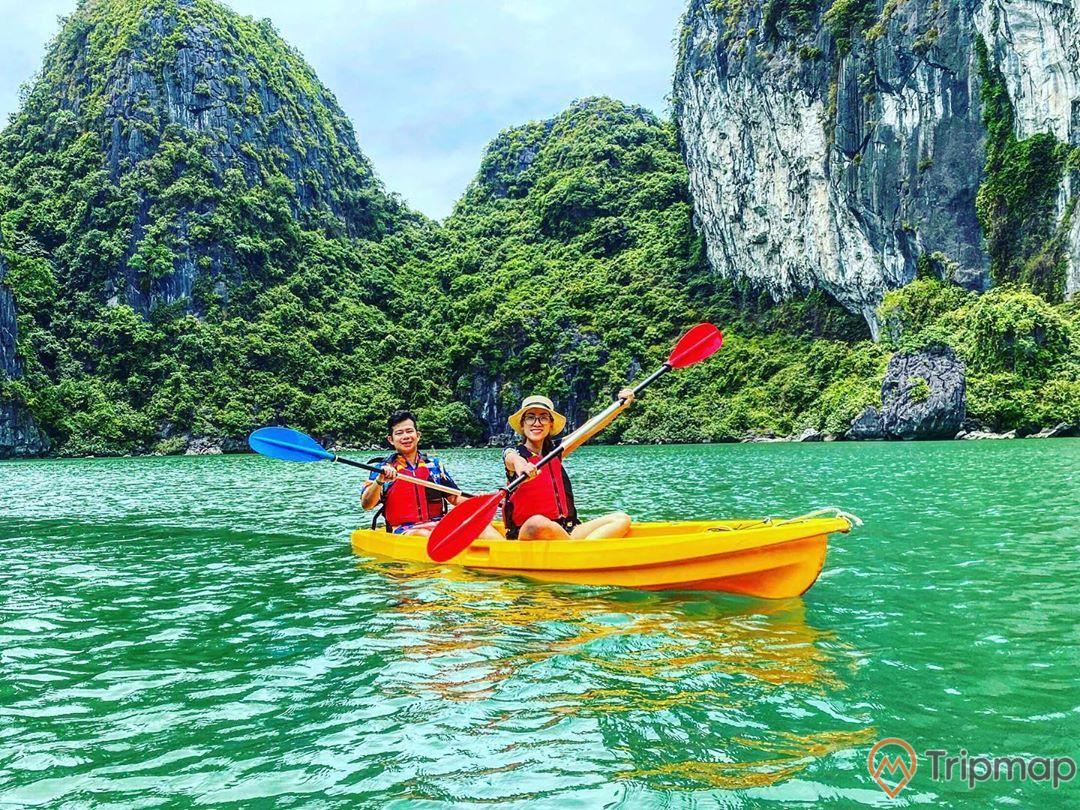 Du khách thích thú chèo thuyềnKayak khám phá hang Luồn