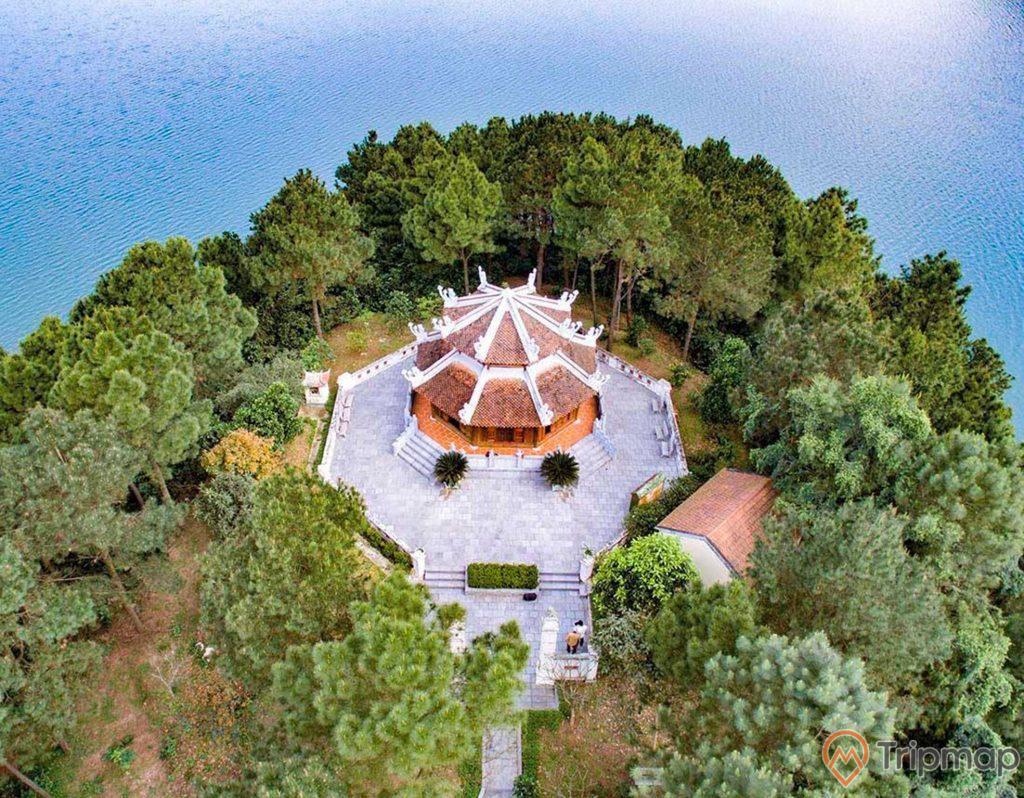 Đền thờ cố Tổng bí thư Lê Duẩn gần hồ