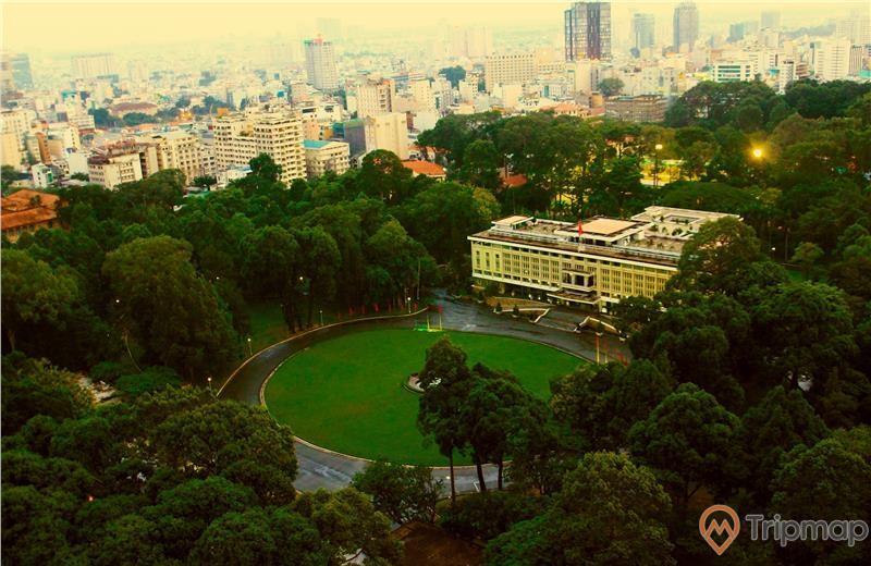 Hệ thống cây xanh và cỏ trải dài khuôn viên