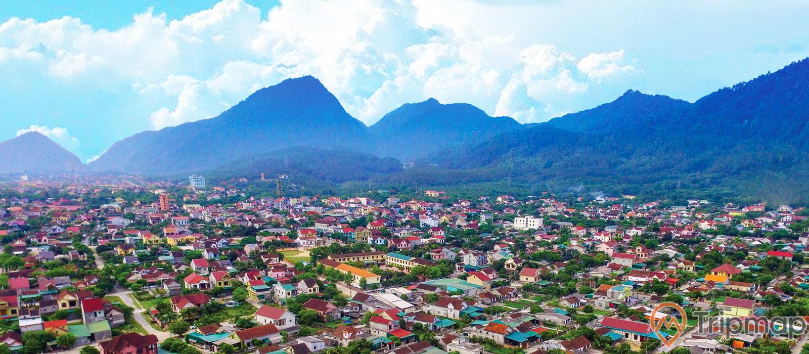 Sừng sững dãy núi Hồng giữa lòng thị xã Hồng Lĩnh