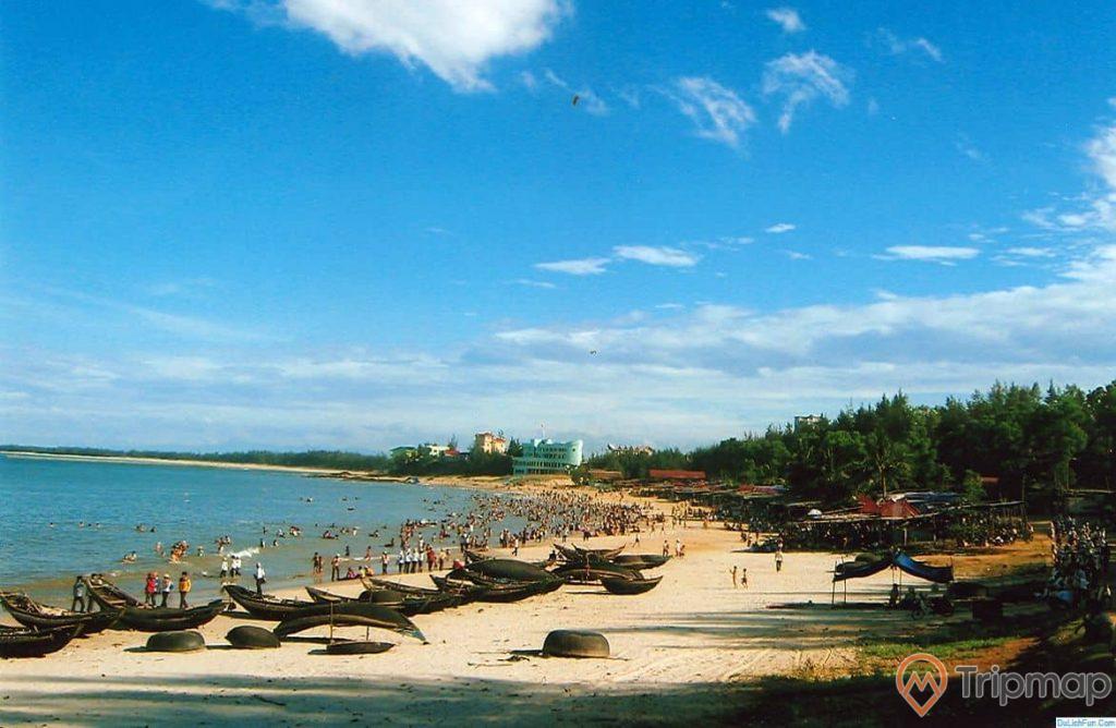 Bãi biển Cửa Tùng điểm đến hot vào mùa hè, ảnh chụp ngoài trời, nhiều du khách đang tắm biển