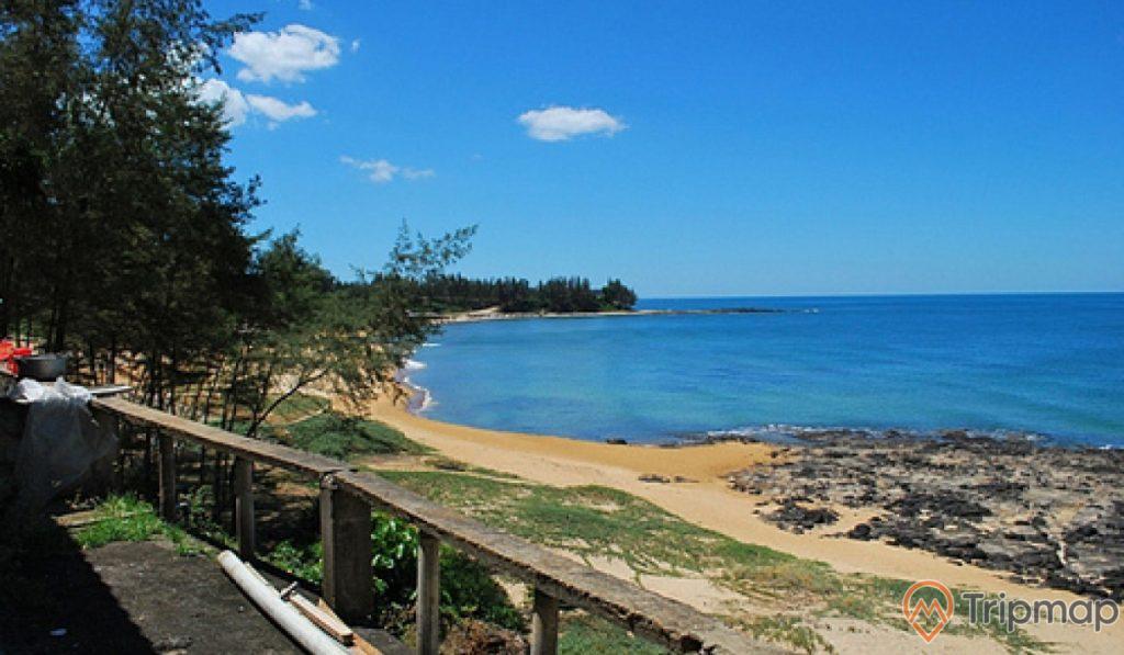 Bãi biển Cửa Tùng, bầu trời trong xanh ít mây, cây cối xanh tươi
