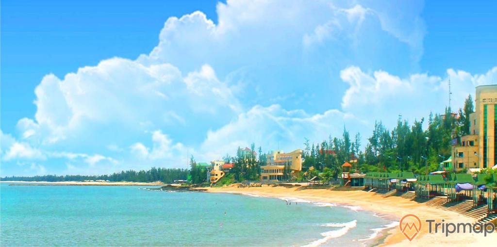 bãi biển cửa tùng, nhà cao tầng, cây cối ven biển xanh tươi, bầu trời nhiều mây trắng