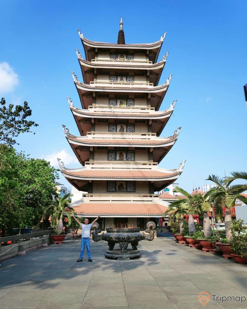 Một trong các bảo tháp tại chùa Vĩnh Nghiêm