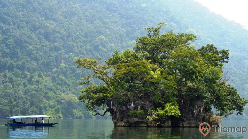 cận cảnh hòn bà goá, chiếc thuyền màu xanh , cây cối xanh tươi