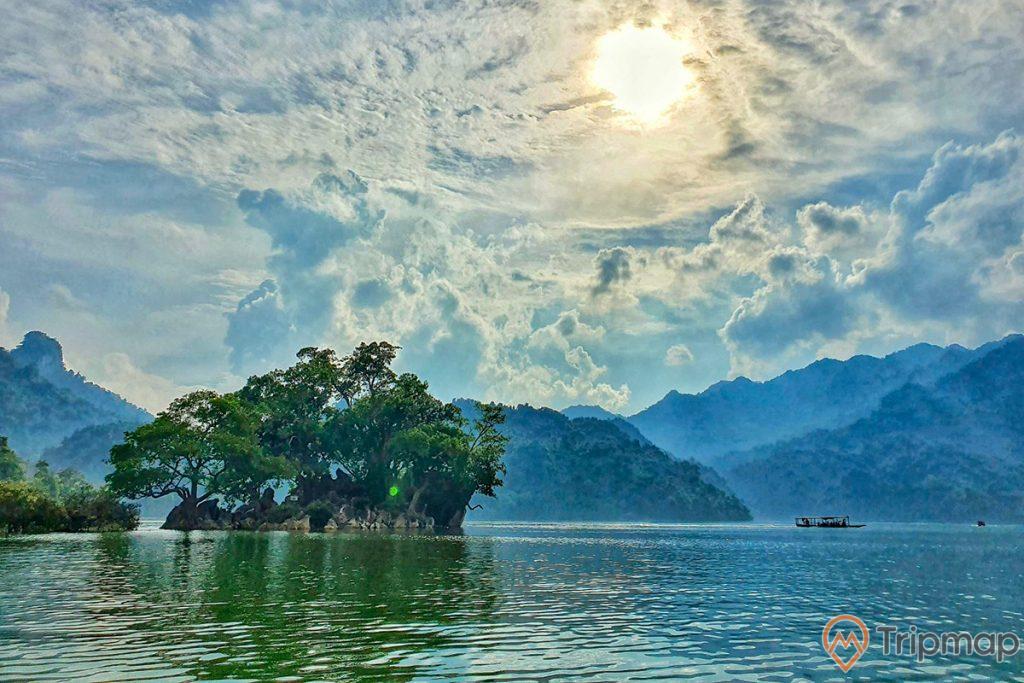 Hòn bà goá và nước hồ BA Bể, bầu trời nhiều mây có nắng