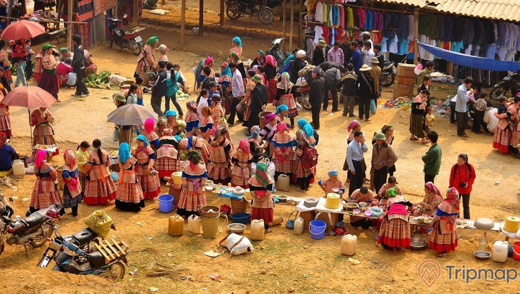 Chợ phiên vùng cao Tả Sìn Thàng mọi người đang đi lại tại phiên họp chợ