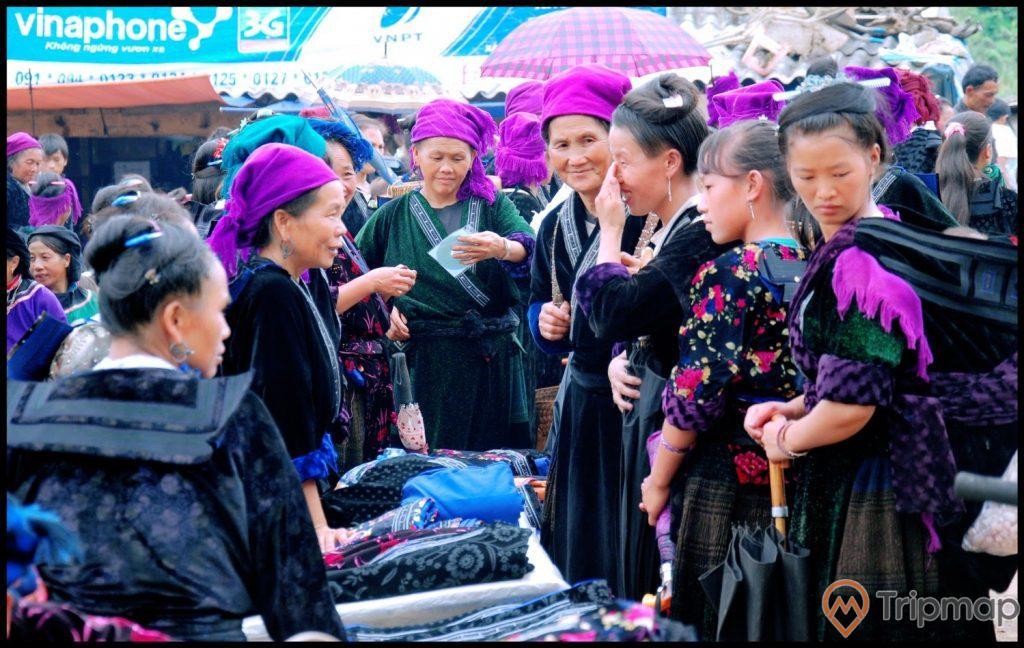 người dân trong phiên họp chợ Xá Nhè, ảnh chụp ngoài trời