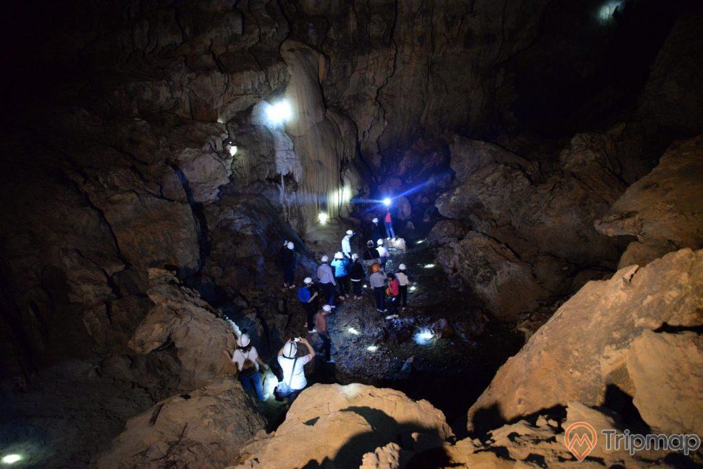 đoàn du khách tham quan bên trong động ngườm ngao, ảnh chụp trong hang động