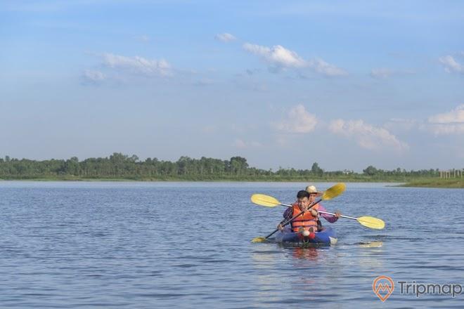 Du khách chèo thuyền kayak trên hồ Đại Lải, bầu trời có ít mây