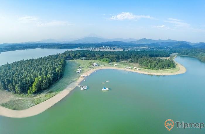đảo trong hồ nước khu du lịch hồ đại lải, cây cối xanh tươi, bầu trời tỏng xanh ít mây