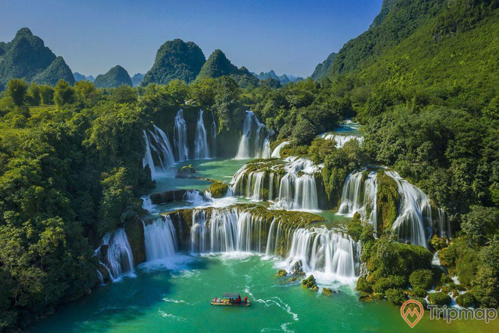 quang cảnh của thác chính bản giốc, cây cối xanh tươi, ảnh chụp ngoài trời