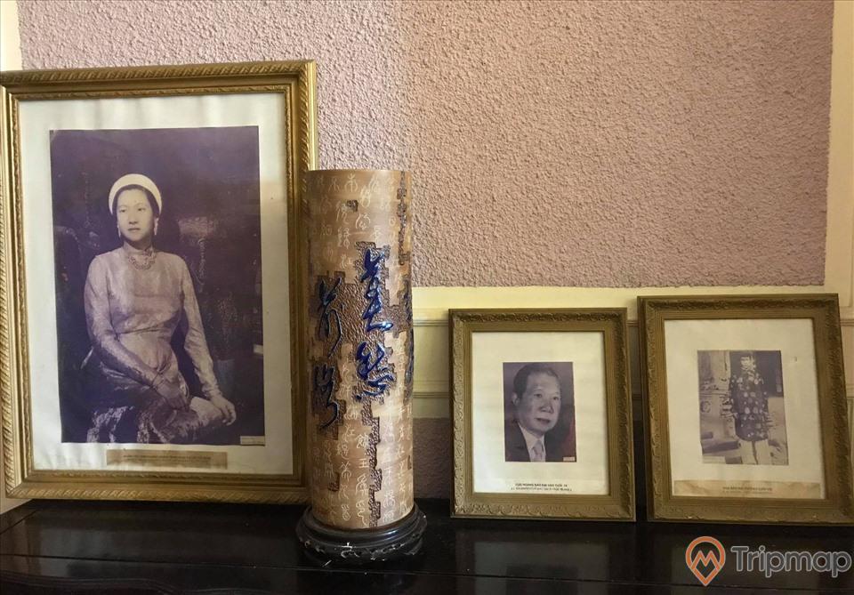 Khu bày ảnh chụp trong phòng khách trong biệt thự Bảo Đại