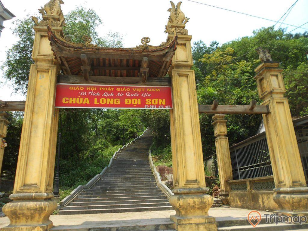 Cổng chùa long đọi sơn dưới chân núi
