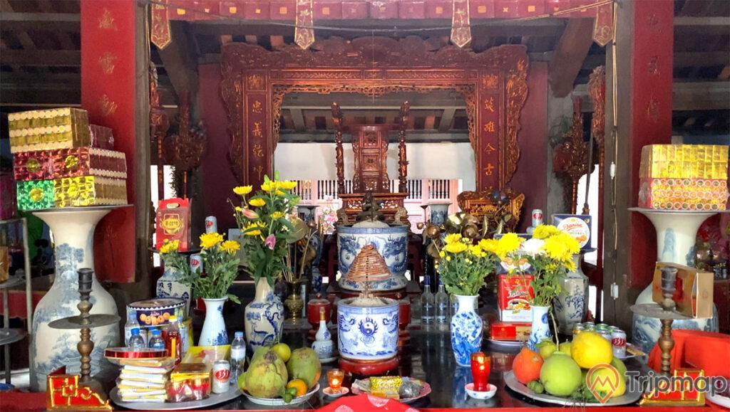 Bàn thờ vị tướng Lý Thường Kiệt tại đền Trúc