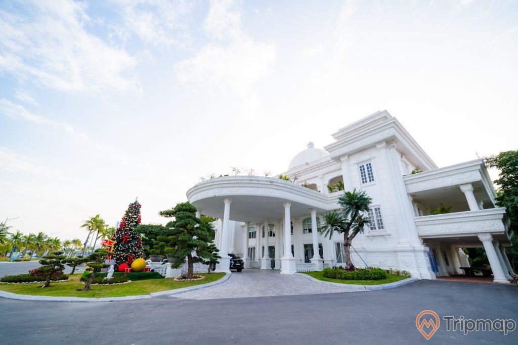 Tuần Châu Park, tòa nhà to sơn màu trắng, con đường màu xám, nhiều cây xanh, trời nhiều mây, ảnh chụp ban ngày