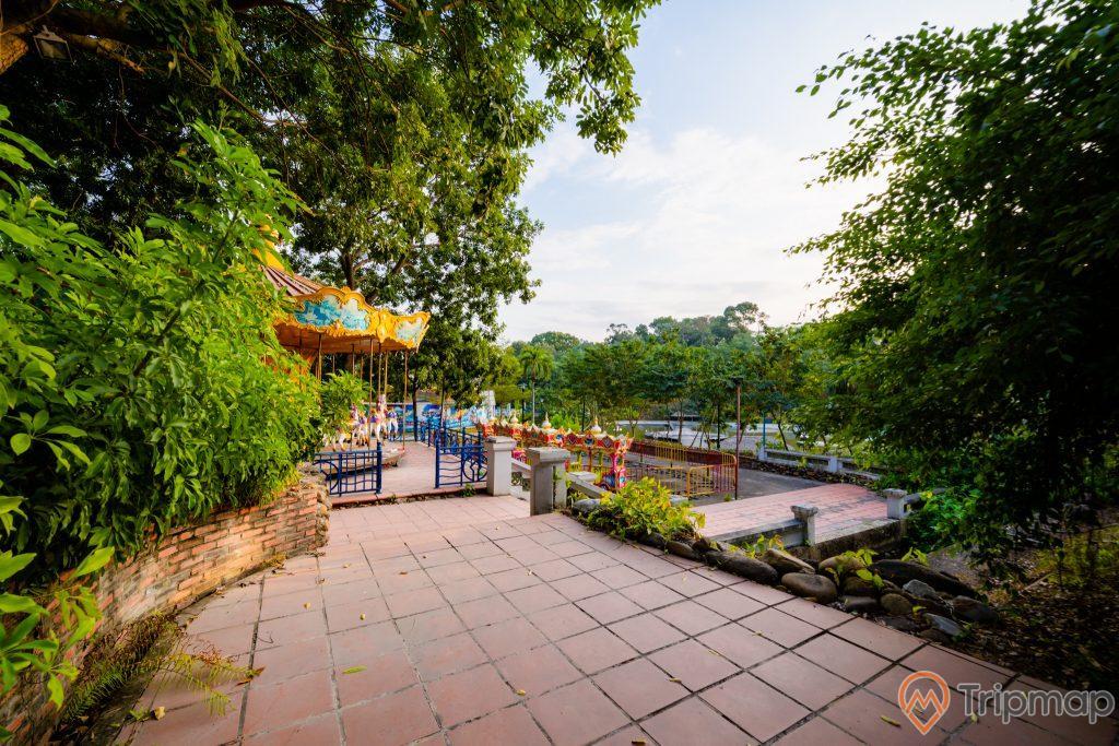 Tuần Châu Park, nền gạch màu đỏ, nhiều cây xanh, ảnh chụp ban ngày