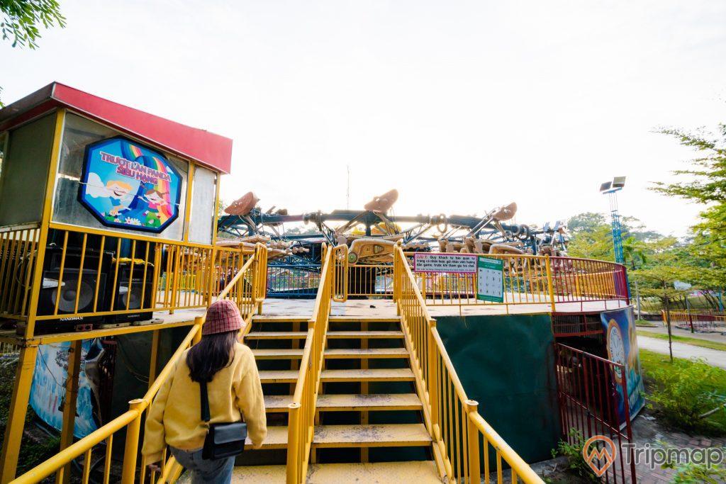 Tuần Châu Park, trượt làn Panda, cầu thang màu càng, cô gái mặc áo vàng đang đi lên cầu thang, nhiều cây xanh, trò chơi cảm giác mạnh, ảnh chụp ban ngày