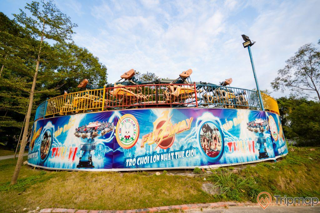 Tuần Châu Park, trò Fly Away, biển quảng cáo màu xanh, trời xanh nhiều mây, ảnh chụp ban ngày