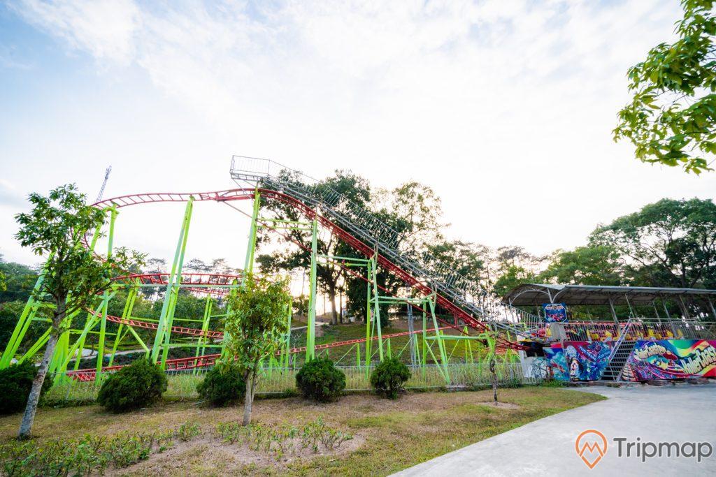 Tuần Châu Park, trò chơi mạo hiểm, nhiều cây xanh, đường ray màu đỏ, nền đường màu xám, trời xanh nhiều mây, ảnh chụp ban ngày
