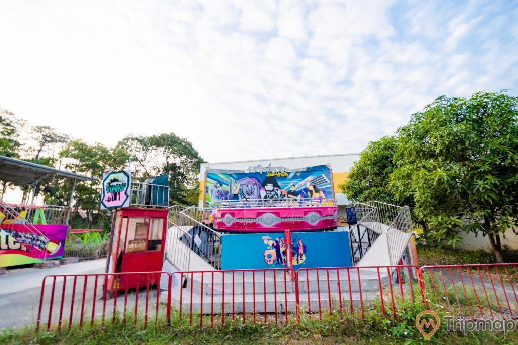 Tuần Châu Park, trò hiphop jumper, bảng quảng cáo nhiều hình người, nhiều cây xanh, trời xanh nhiều mây, ảnh chụp ban ngày