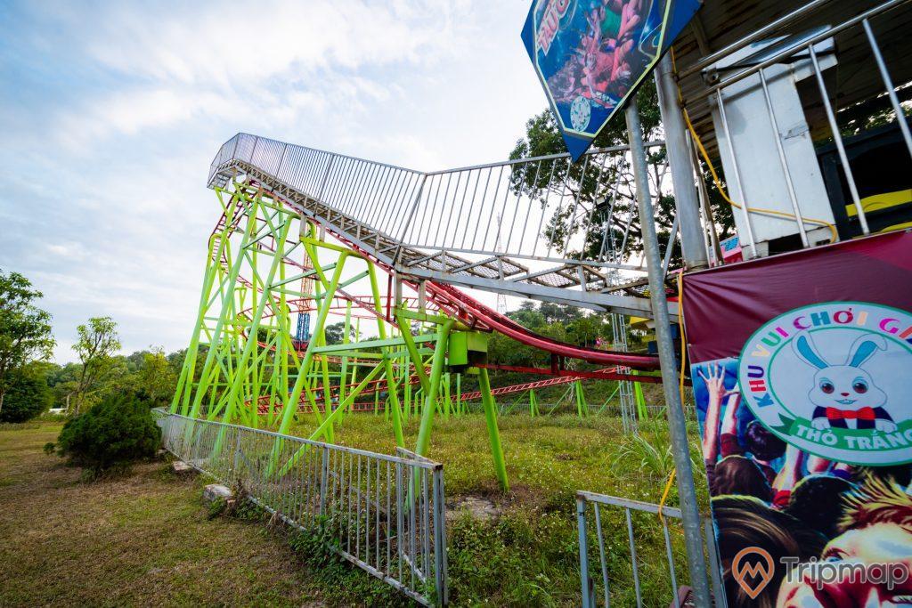 Tuần Châu Park, khu vui chơi giải trí thỏ trắng, đường ray màu đỏ, nền đất màu nâu, nhiều cây xanh, bức tranh hình con thỏ, ảnh chụp ban ngày
