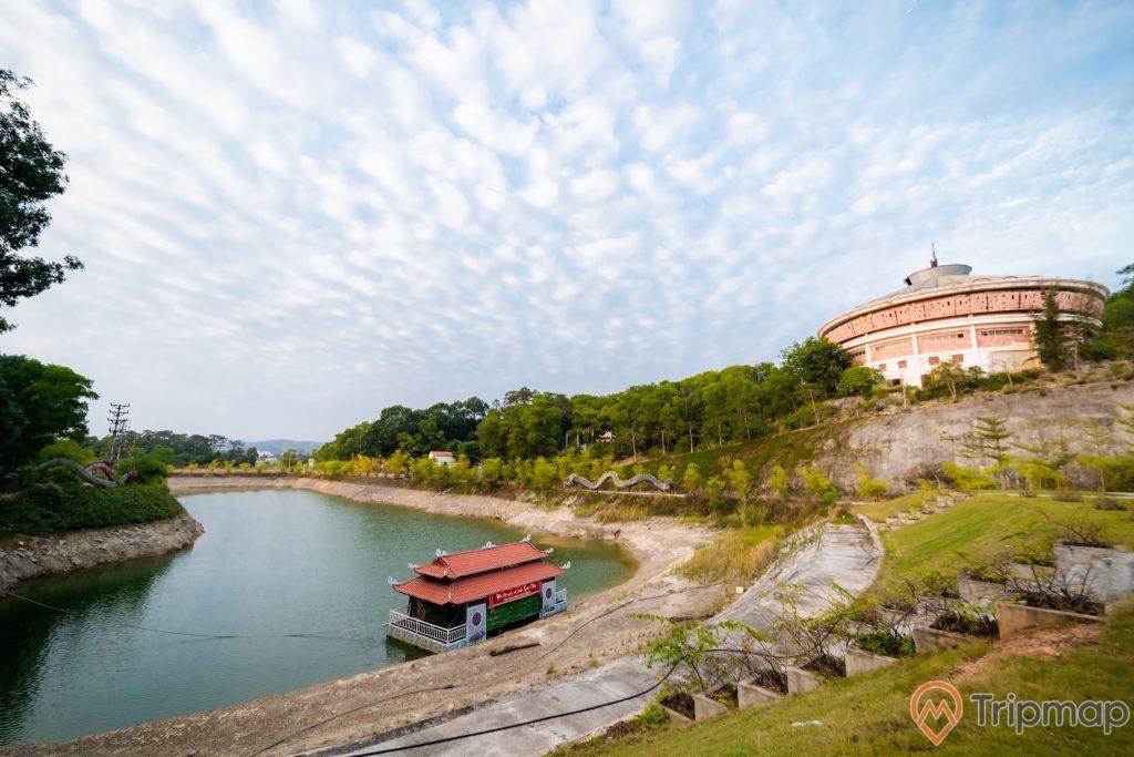 Tuần Châu Park, bờ hồ, ngôi chùa có mái ngoái màu đỏ, thảm cỏ xanh, nhiều cây xanh, trời xanh nhiều mây, ảnh chụp ban ngày
